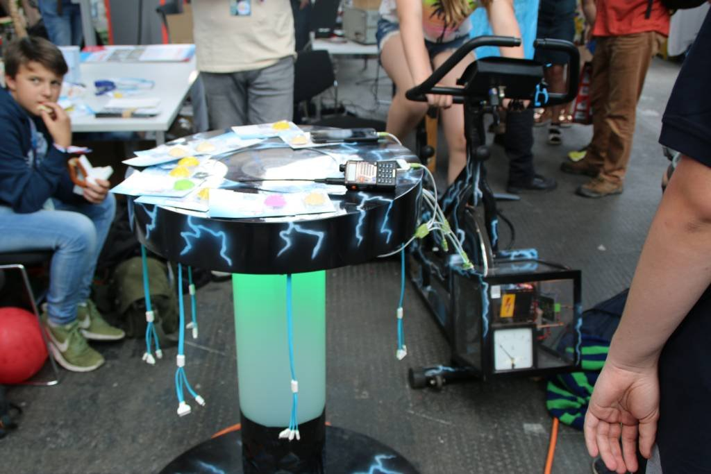 maker-faire-berlin-2017-166-smartphone-laden-dynamo-fahrrad