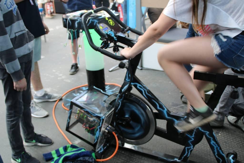 maker-faire-berlin-2017-167-smartphone-laden-dynamo-fahrrad