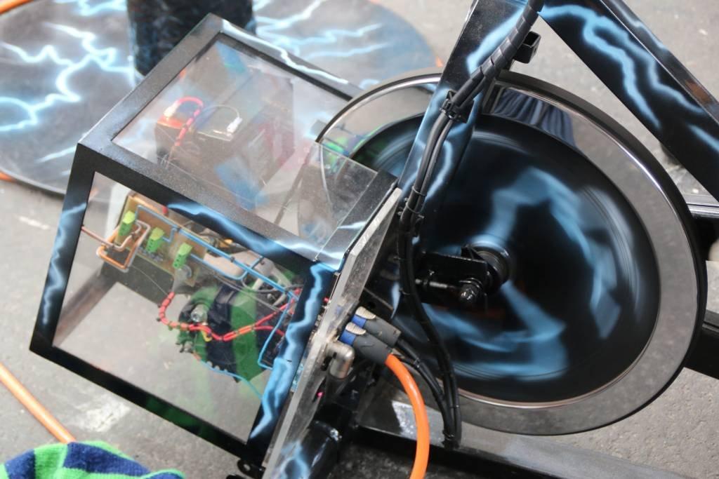 maker-faire-berlin-2017-168-smartphone-laden-dynamo-fahrrad