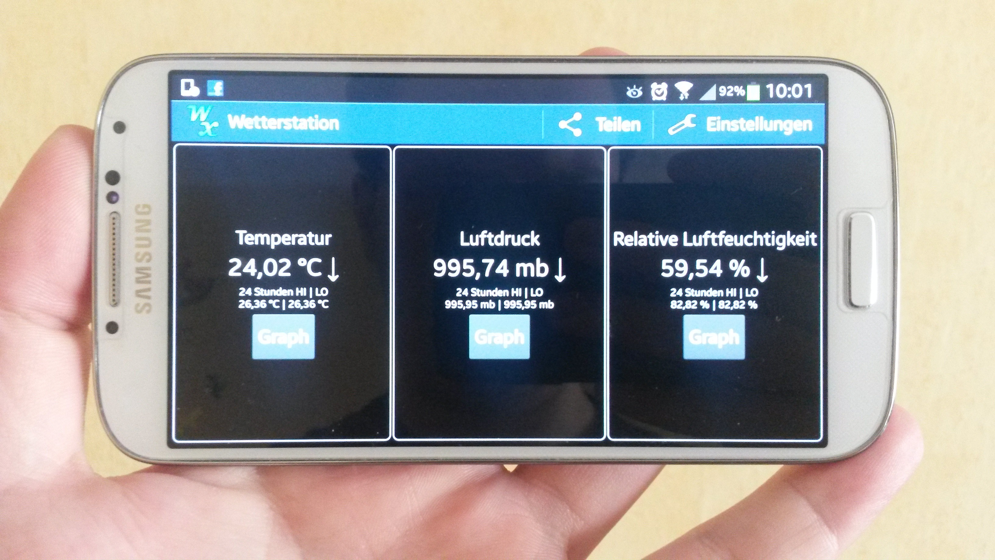 Samsung Galaxy S4 mit Android-App Weather Station geöffnet